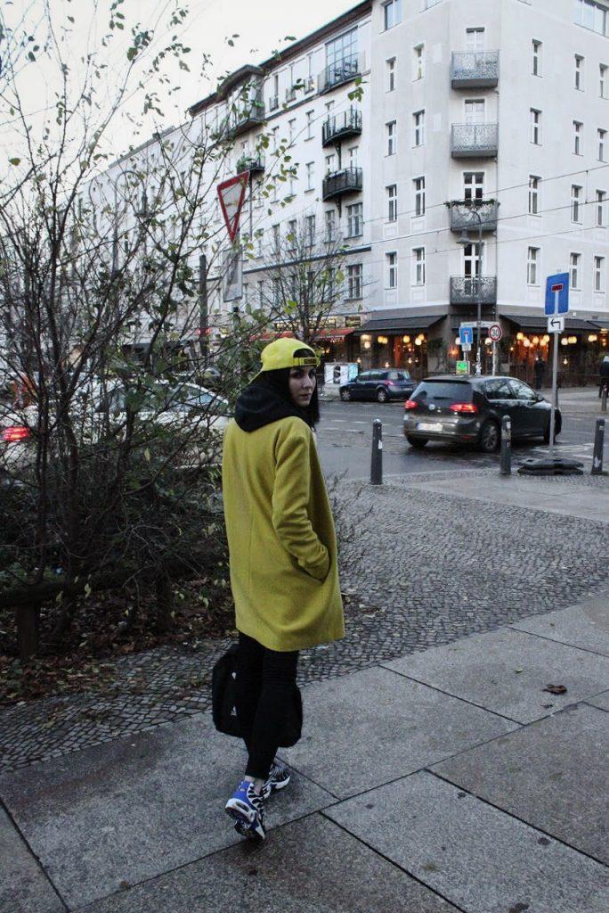MIT BUNTEM MANTEL DURCH DAS KALTE BERLIN